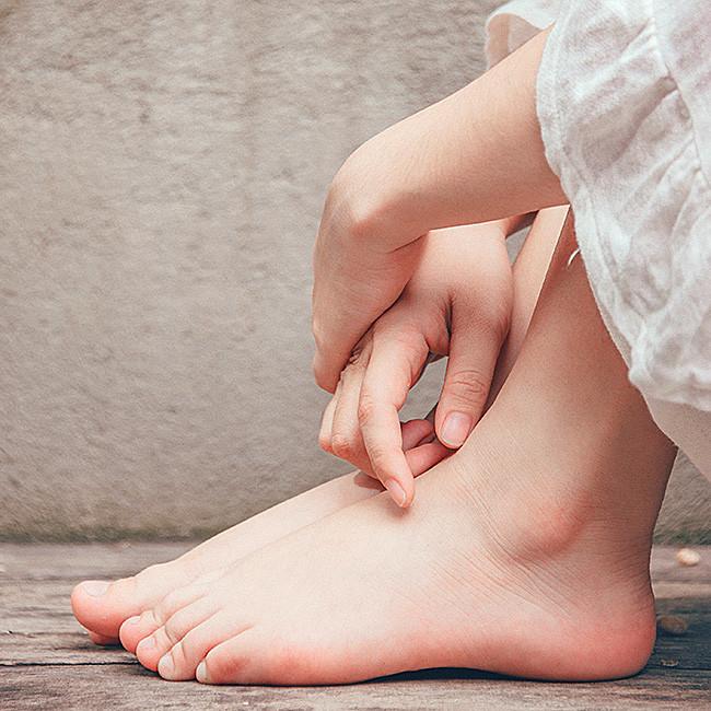 ta hand om fötterna